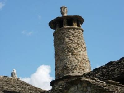 Pueblo con encanto España - Ainsa; senderismo madrid grupos; excursiones y senderismo